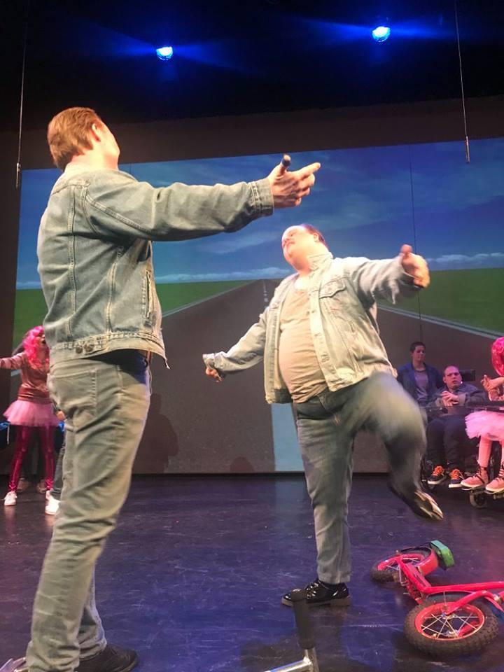 Muziek, dans en zang op podium met Theater Trots onder regie van Karin Tromp