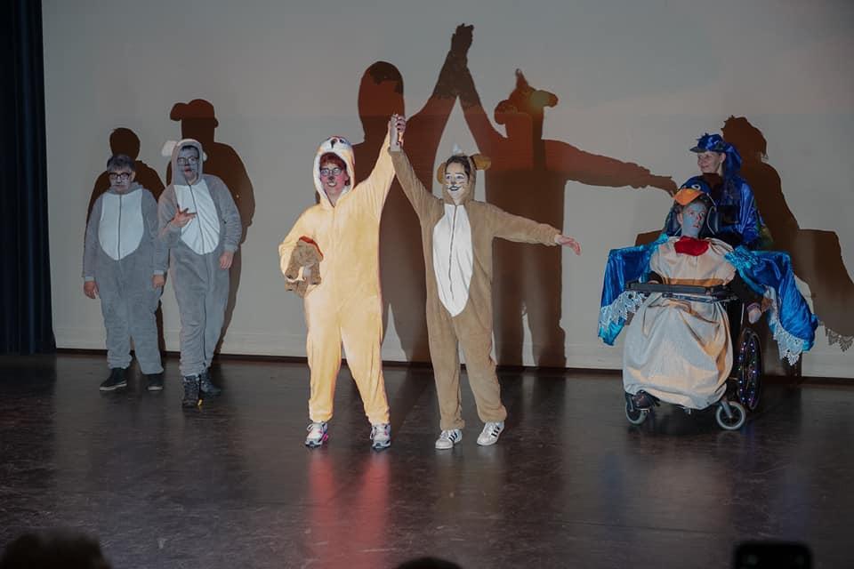 Theater Trots met leeuwenkoning in podium zuidheage Theater Tromp